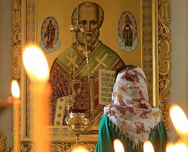 Перед иконой святителя Николая в храме