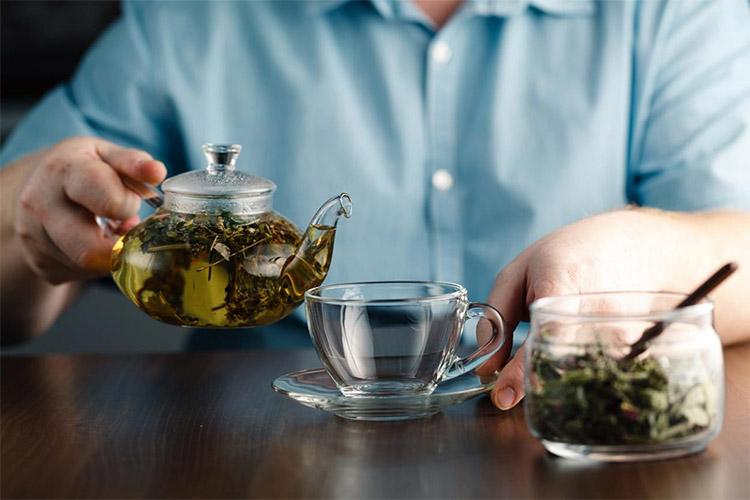 Пьет травяной чай