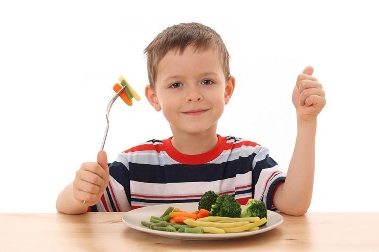 Ребенок обедает