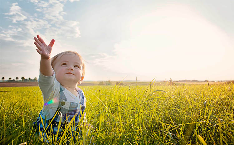 Ребенок смотрит на небо
