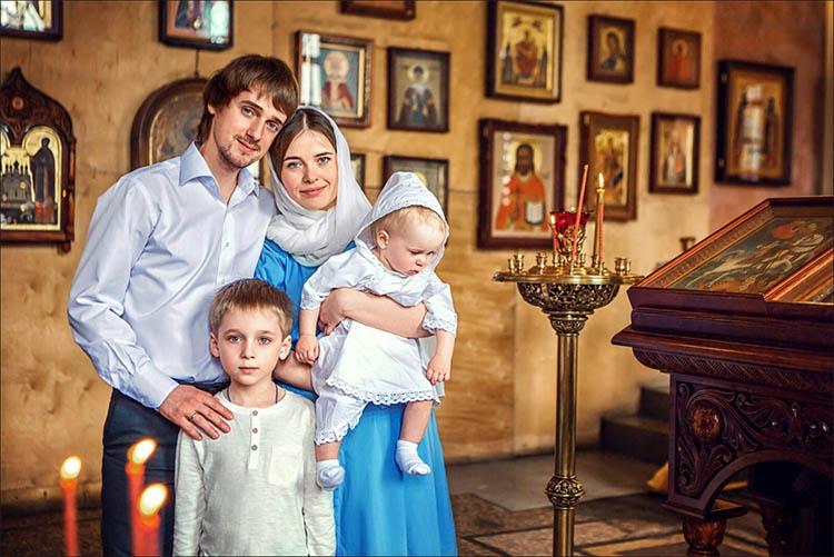 Семья с детьми в храме