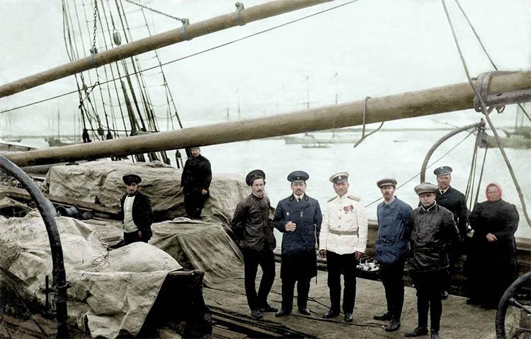 Ст. лейтенант Седов и члены команды шхуны Св. Фока