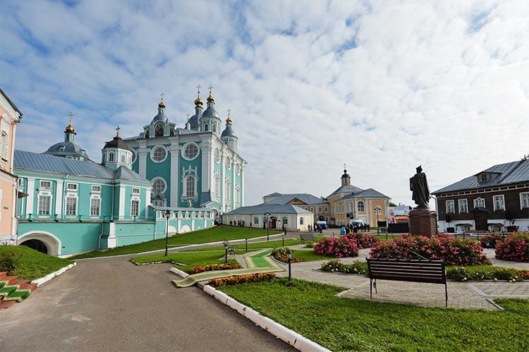 Успенский собор и памятник Владимиру Мономаху в Смоленске