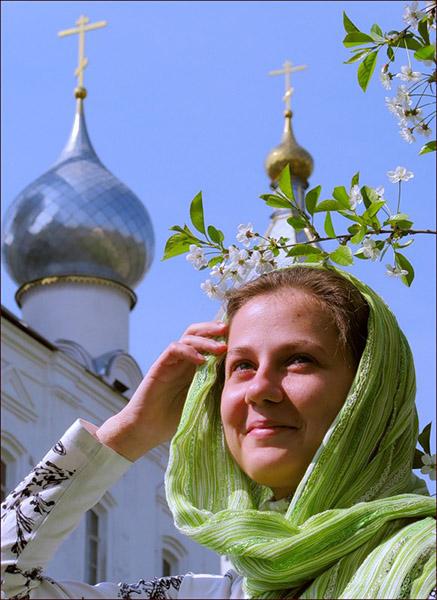 Женщина напротив храма