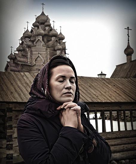 Женщина около храма
