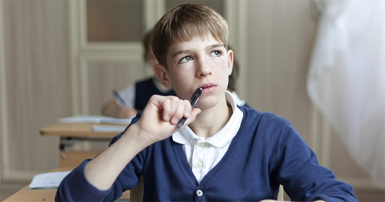 Задумчивый подросток