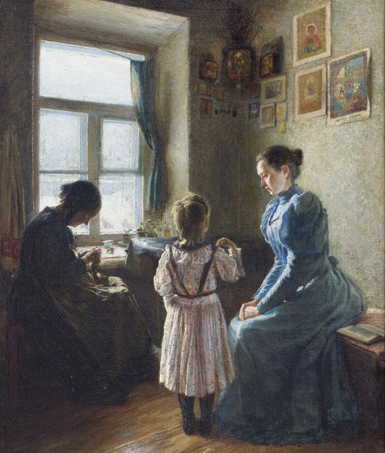 Девочка молится перед иконами дома