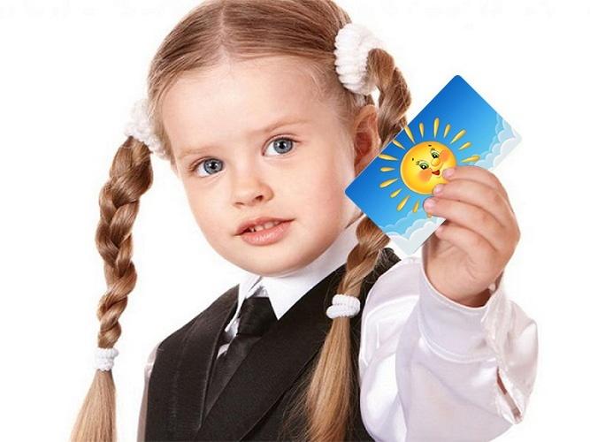 Девочка с карточкой в руке