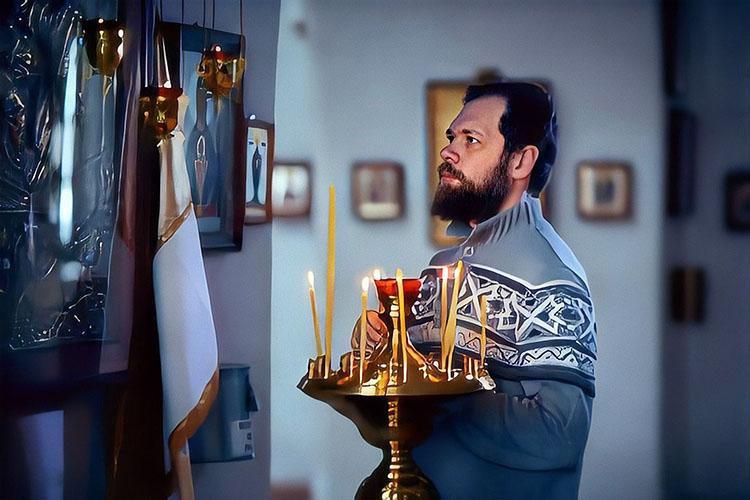 Мужчина в храме перед иконами