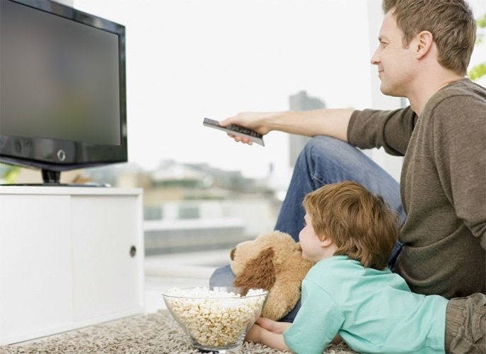 Отец и сын смотрят телевизор