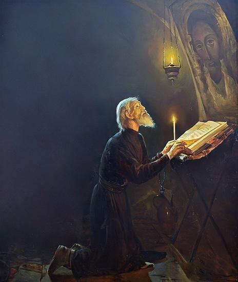 Старец молится на коленях