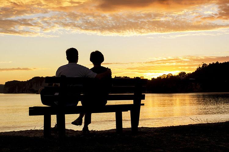 Супруги на скамейке у воды