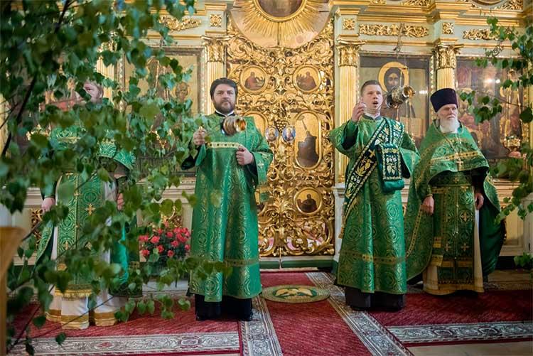 Священнослужители в зеленых облачениях