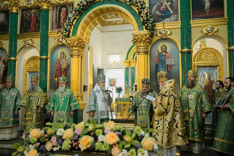 Святейший Патриарх Кирилл в зеленом облачении