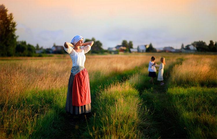 Женщина с детьми в деревне