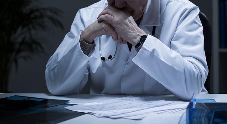 Задумчивый врач