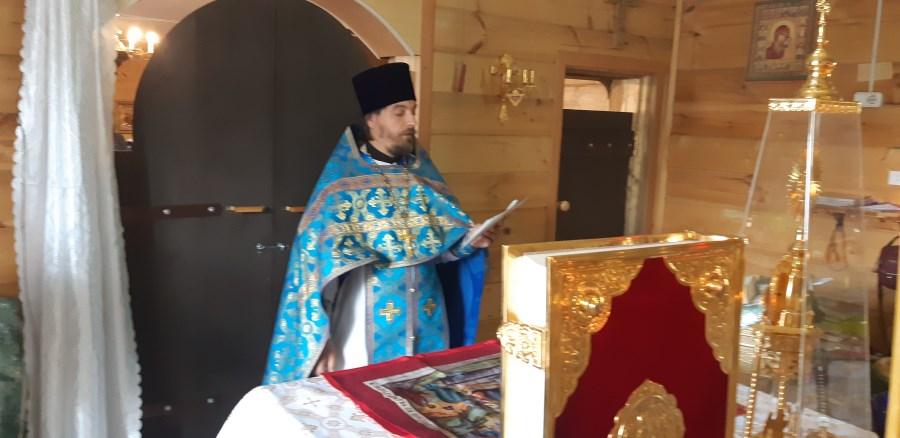 Священник Димитрий в алтаре совершает молитву за всех нас!