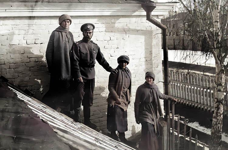Государь Николай II с дочерьми в Тобольске