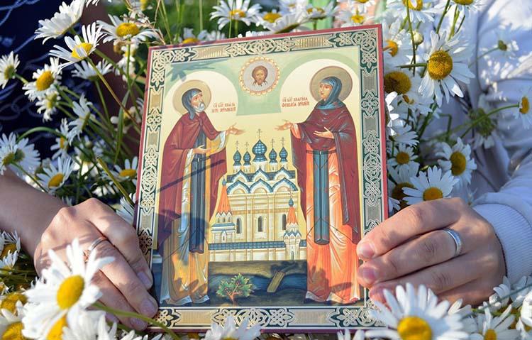 Икона святых Петра и Февронии Муромских в руках