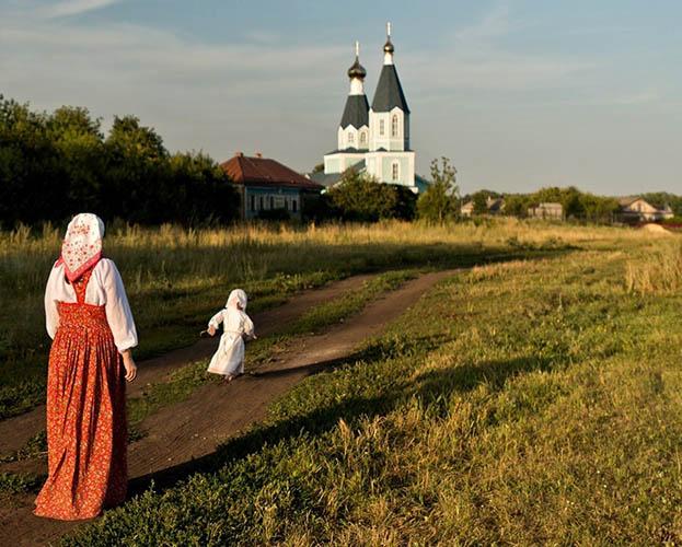 Мама с дочкой на фоне храма