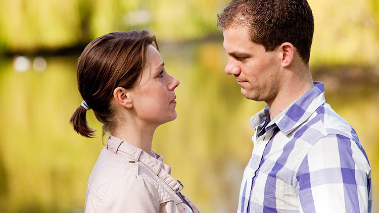 Мужчина и женщина друг напротив друга