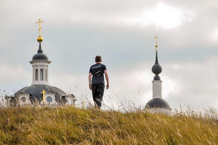 Мужчина возле храма