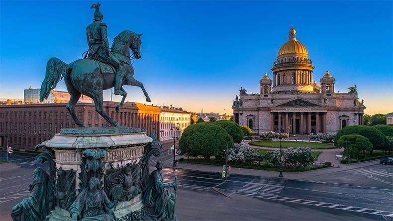 Памятник Николаю I и Исаакиевский собор