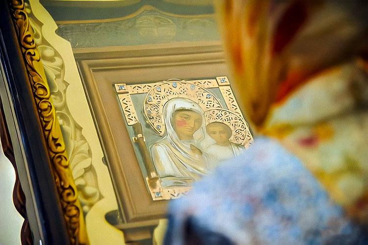 Перед чудотворной иконой Казанской Божией Матери
