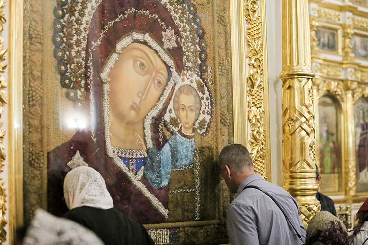 Перед образом Казанской Божией Матери