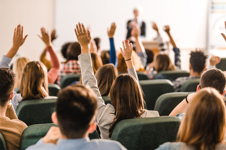 Поднимают руки в аудитории