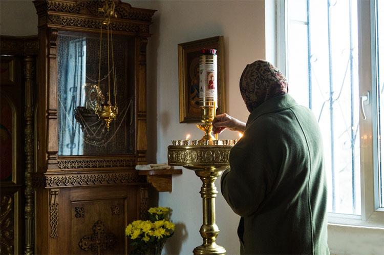 Прихожанка у иконы Божьей Матери «Казанская»