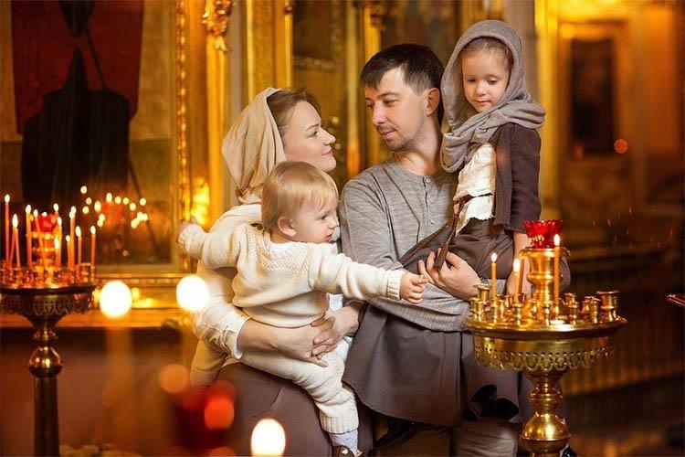 Родители с детьми в церкви