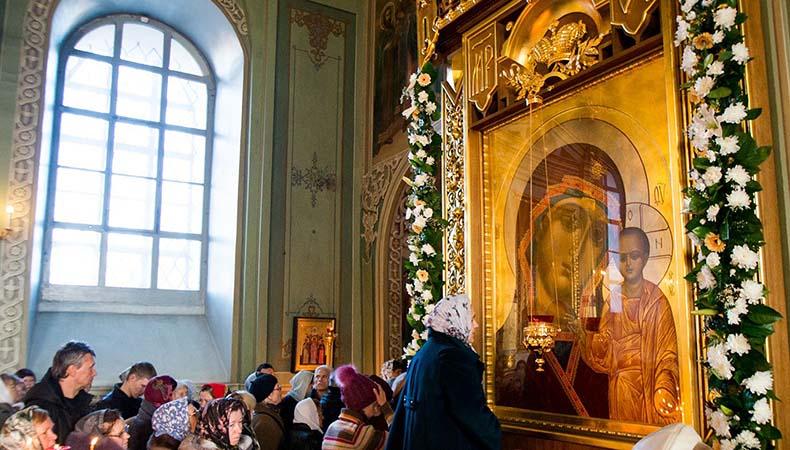 У иконы Казанской Божией Матери