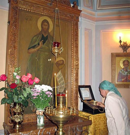 Женщина перед чудотворной иконой Иоанна Предтечи с обручем