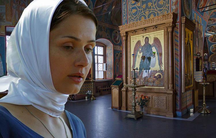 Женщина перед иконой Иоанна Предтечи