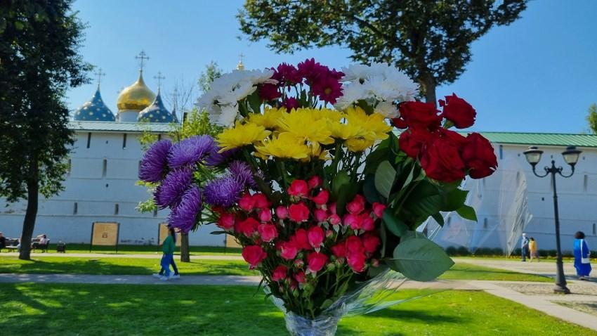Цветы к мощам преподобного Сергия Радонежского