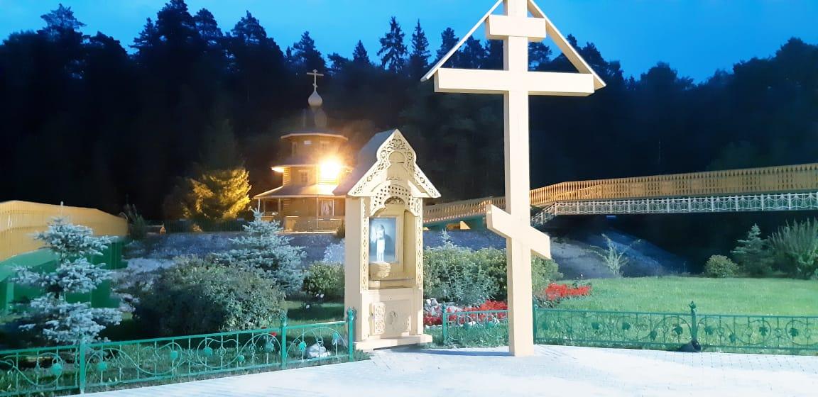 Крест у святого источника прп. Серафима