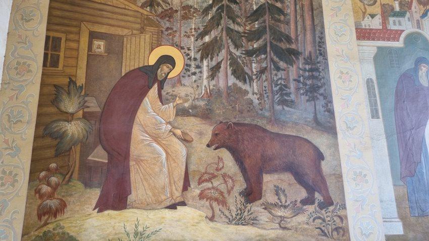 Преподобный Сергий кормит медведя. Фреска