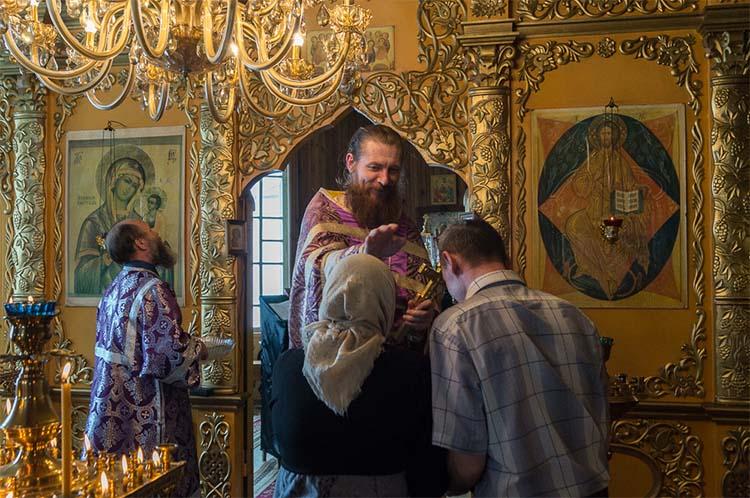 Благословение батюшки в храме