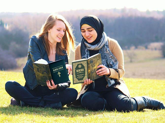 Читают Библию и Коран