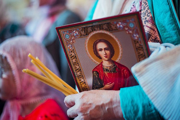 Икона великомученика и целителя Пантелеимона в руках