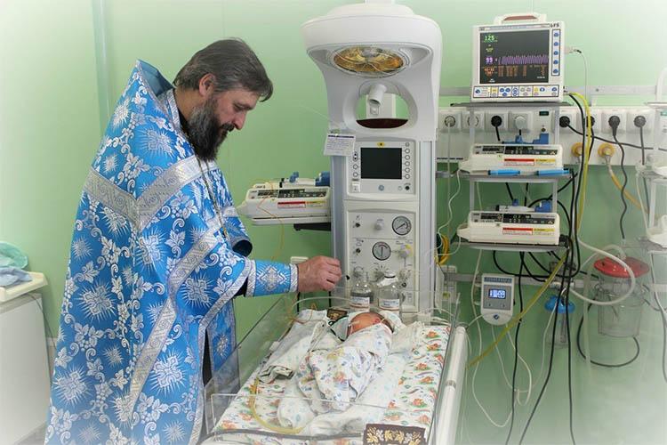 Крещение младенца в реанимации