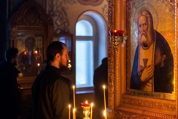 Мужчина перед образом преподобного Серафима Саровского