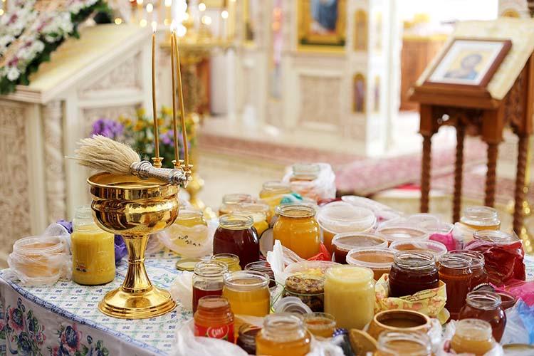 Освящение меда в храме