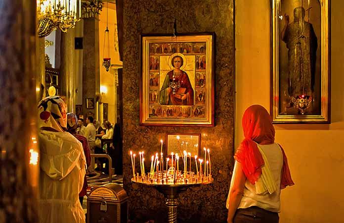 Перед иконой Великомученика Пантелеимона в храме