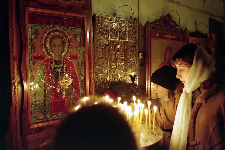 Перед иконой Великомученика и Целителя Пантелеимона в храме