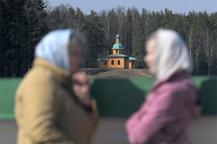 Разговаривают на фоне храма