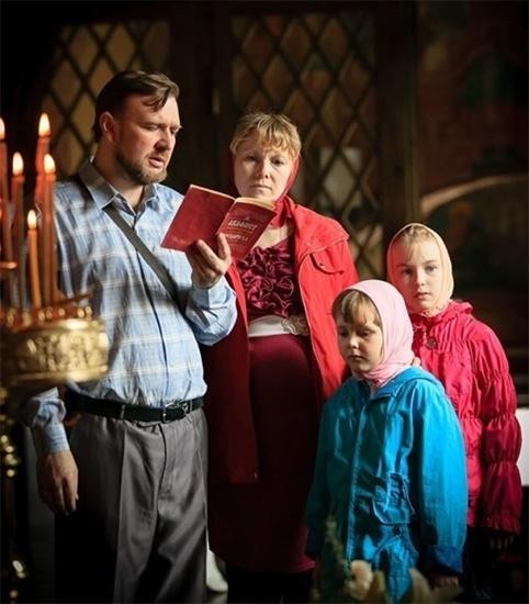 Семья молится в храме