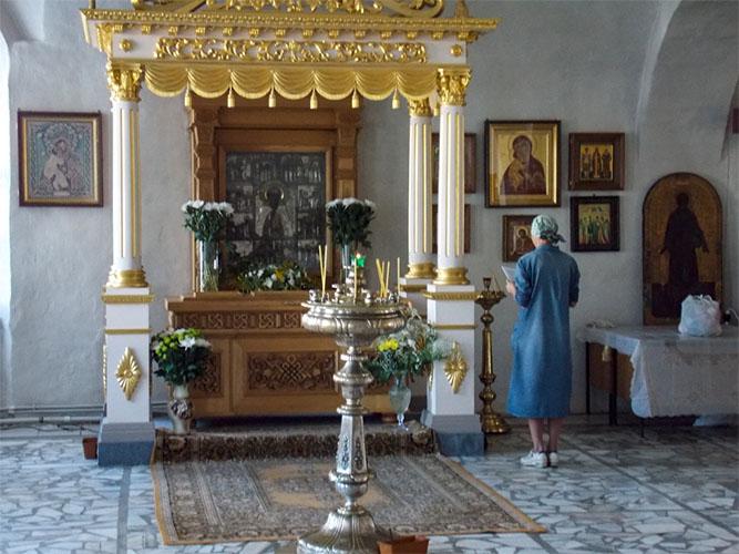Сени и рака со святыми мощами прп. Макария Унжеского