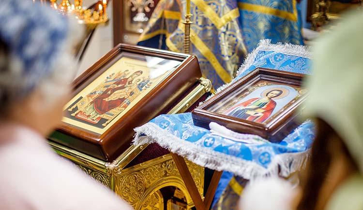 У иконы Великомученика Пантелеимона в храме
